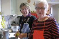 AnnaLisa och Inger värmer mjölk