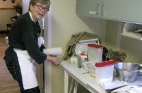 Brittmarie förbereder till ostkaka